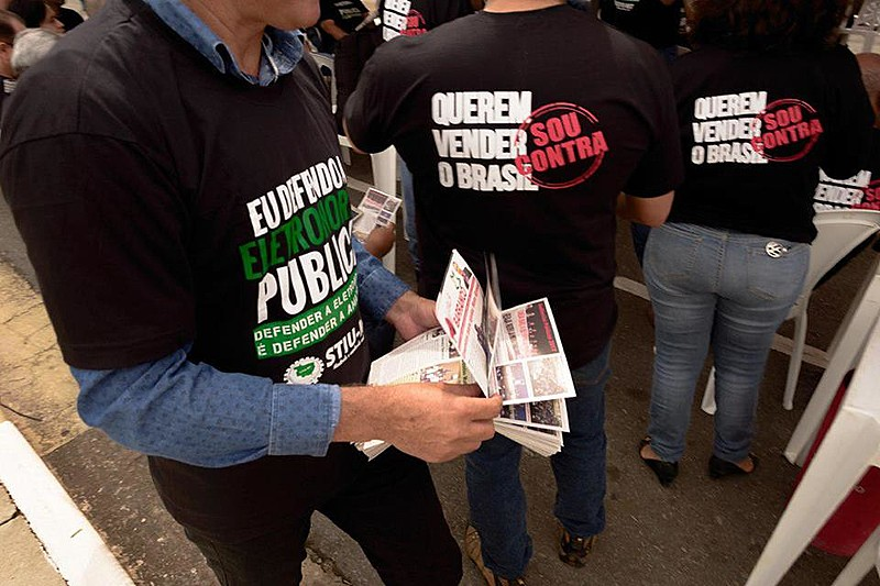 Manifestantes protestando contra venda da Eletrobras em Cuiabá (MT), em outubro de 2017