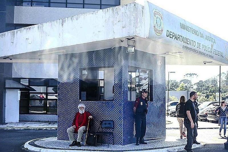 O teólogo Leonardo Boff aguarda  na rua e sem sucesso autorização para realizar visita humanitária ao ex-presidente Lula