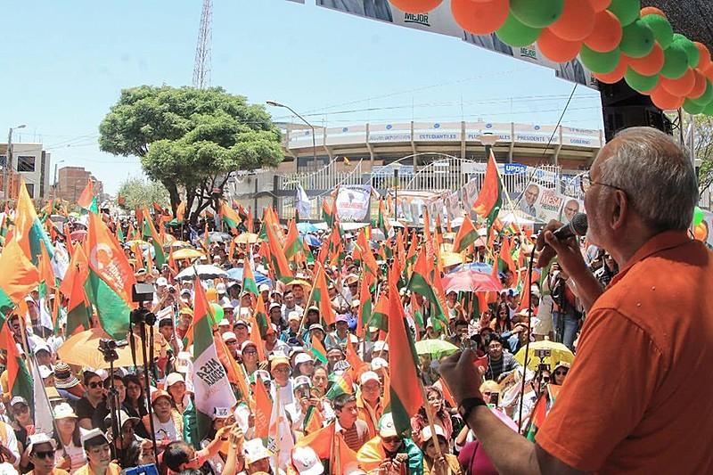 El opositor Carlos Mesa (dir.) participó de manifestaciones contra el actual presidente