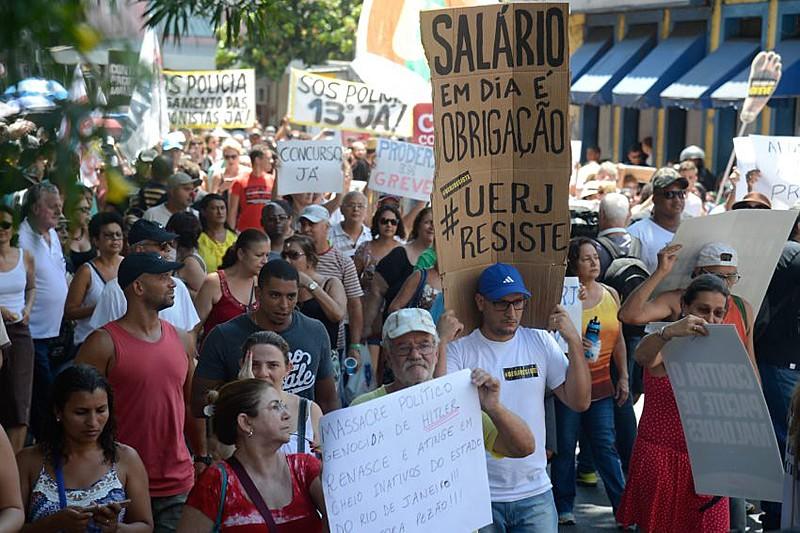 Manifestação de trabalhadores da Universidade do Estado do Rio de Janeiro (UERJ), que também estão com salários atrasados