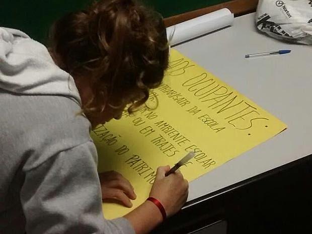 Estudantes confeccionam cartazes para a ocupação