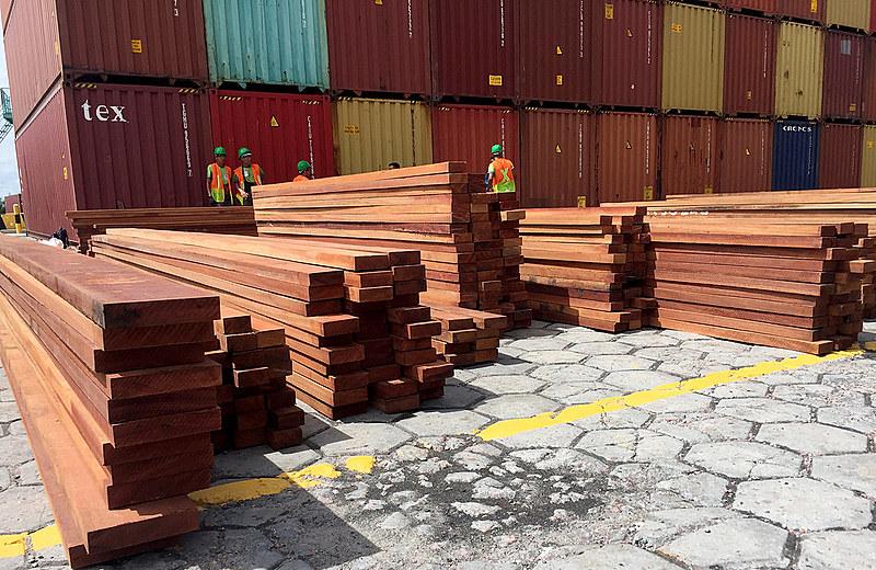 Registro da apreensão de madeira no Porto Chibatão, em Manaus