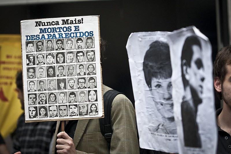 Manifestação em 2012, em São Paulo, para expor publicamente ex-militar reformado acusado de ter comandado sessões de tortura