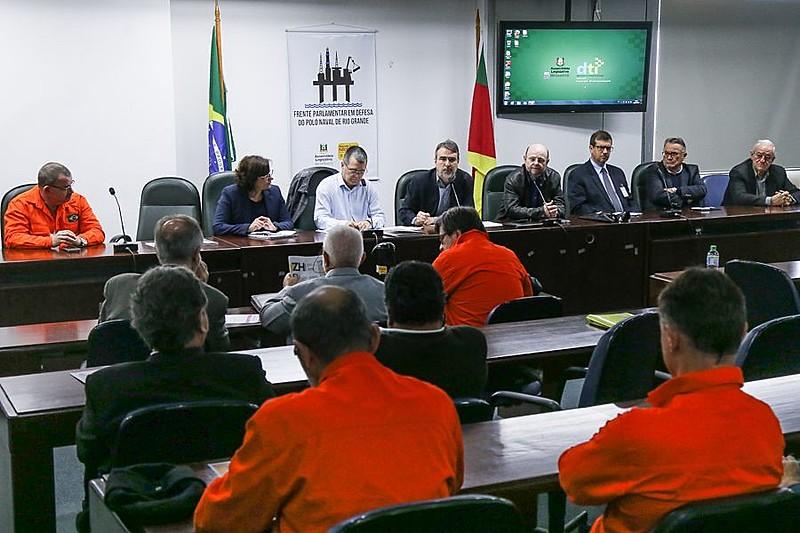 Com uniforme laranja, trabalhadores da Petrobras participam da audiência sobre o Polo Naval
