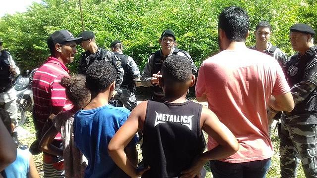 Policiais negociando com a população através de muita tensão.