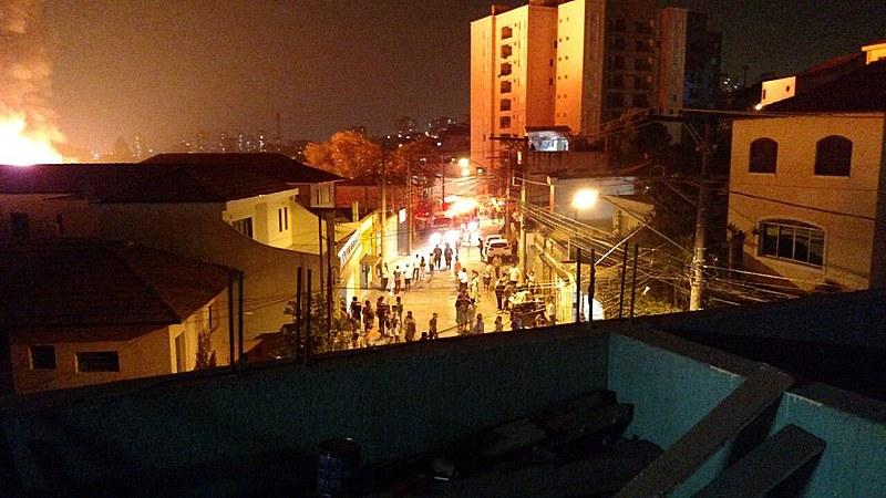 O incêndio começou por volta das 20h30 e, segundo relato de um morador, em pouco mais de meia hora consumiu a maior parte dos barracos.