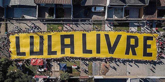 Milhares de apoiadores passaram o ano novo na Vigília Lula Livre em frente a PF em Curitiba (PR)
