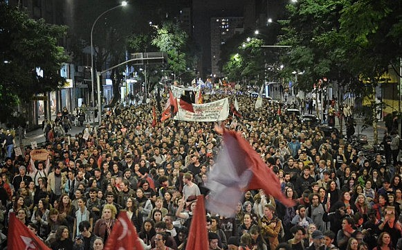 Cerca de 20 mil pessoas caminharam pelas ruas de Curitiba (PR) contra os cortes na Educação