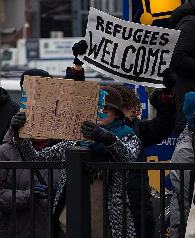 Manifestantes protestam em frente ao aeroporto JFK, em Nova Iorque