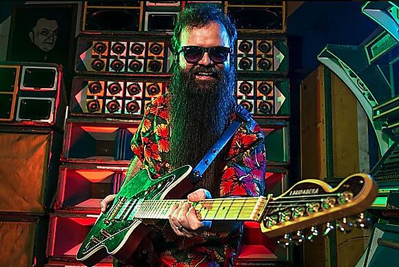 Felix Robatto comanda a lambateria, casa de lambada onde se toca música paraense, latina e amazônica.