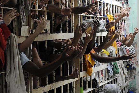 Segundo Anuário Brasileiro de Segurança pública, em 2014 607.731 pessoas estavam presas no Brasil
