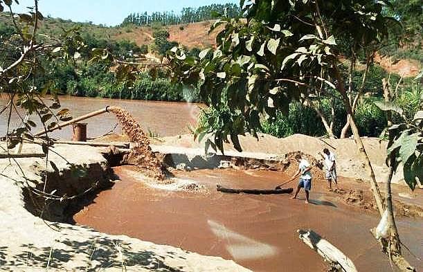 Areeiros sem nenhuma proteção retiram areia do Rio Doce