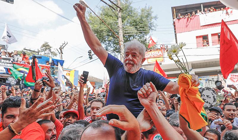 Lula é carregado nos ombros pelos apoiadores após seu discurso em São Bernardo, neste sábado (7)