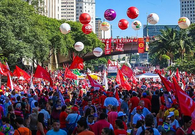 Manifestantes se reúnem no Vale do Anhangabaú em ato em favor do governo Dilma Roussef