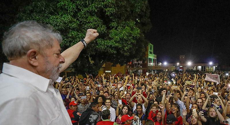 Manifestantes tomam as ruas em apoio ao ex-presidente Lula