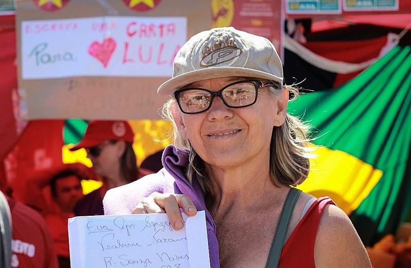 A pedagoga Eva Szczepansk foi até a barraca de cartas do acampamento Lula Livre para mandar uma mensagem ao ex-presidente