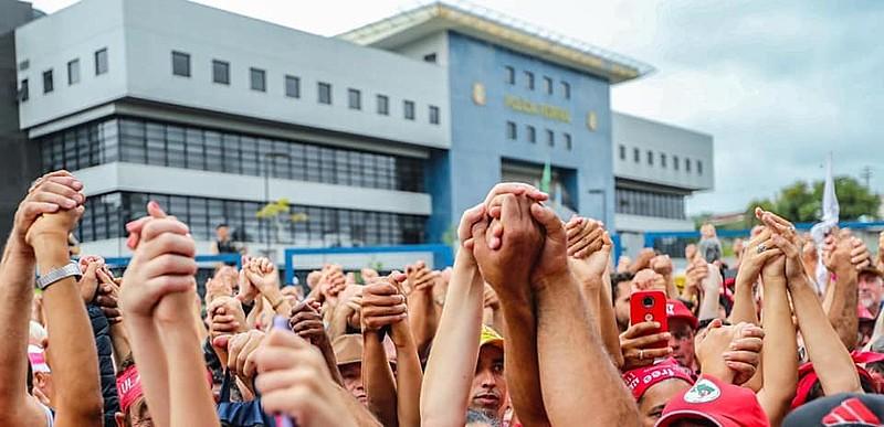 Apoiadores se reuniram do lado de fora da Superintendência da PF, onde Lula é mantido preso desde abril de 2018