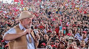 Lula conversa com apoiadores no Nordeste do país