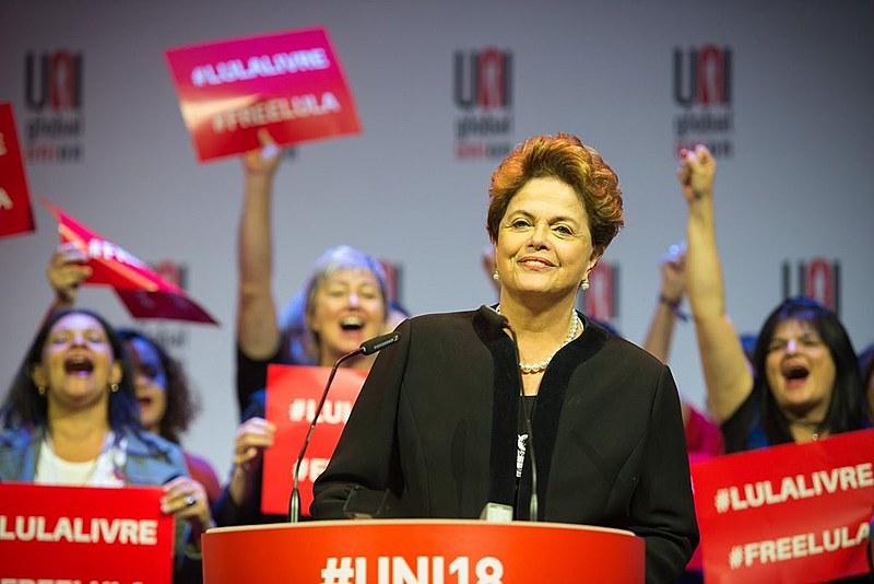 """""""Foi um golpe contra a igualdade social. Vou ser clara: Lula é um prisioneiro político. É inocente, é o candidato legítimo"""", disse Dilma"""