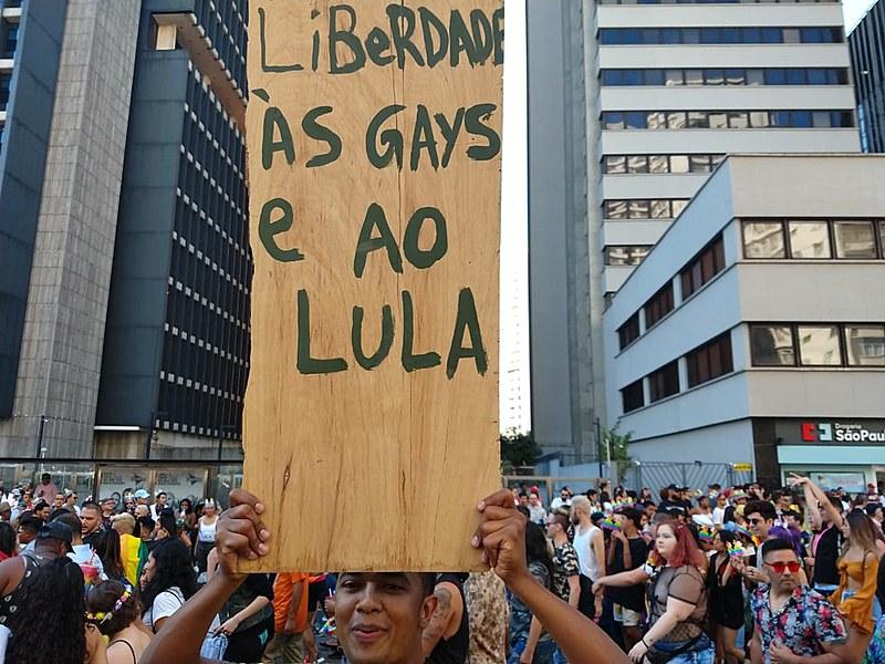 Críticas a Bolsonaro e defesa do ex-presidente Lula marcaram manifestações políticas em meio às festividades da Parada