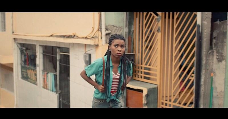Simone, uma das personagens do curta-metragem, que sai à procura de seu primeiro emprego