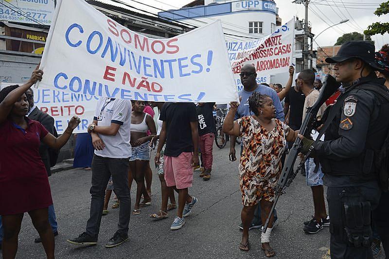 Moradores da Cidade de Deus protestaram, na última quinta-feira (24), contra a utilização de mandados coletivos de busca na comunidade