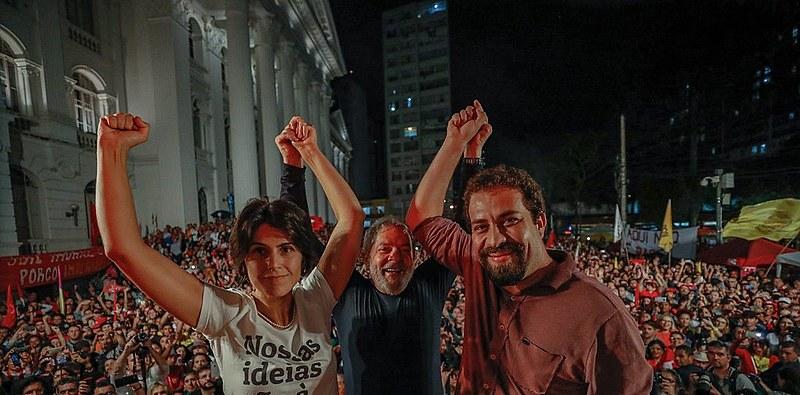 Manuela D'Ávila (PCdoB), Lula (PT) e Guilherme Boulos (PSOL) em ato político