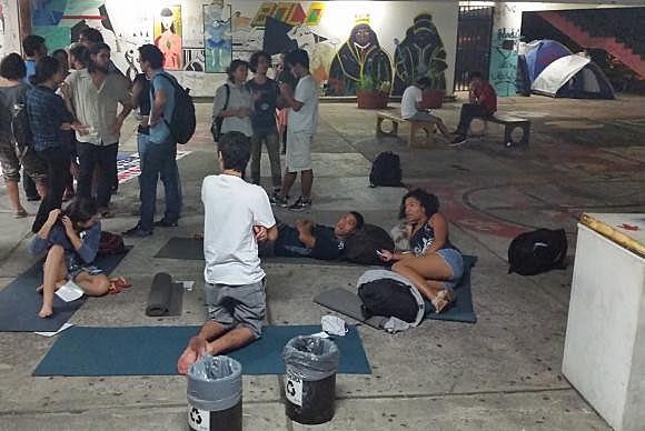 Estudantes da UFMG contrários ao impeachment acampam no pártio da Faculdade de Direito