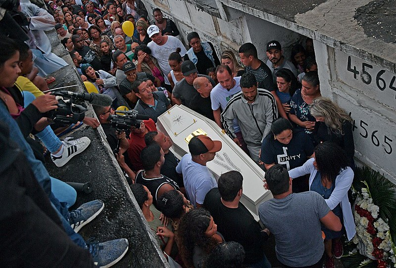 Familiares carregam o caixão de Ágatha Félix, de 8 anos, morta em ação da polícia no Morro do Alemão, no Rio de Janeiro