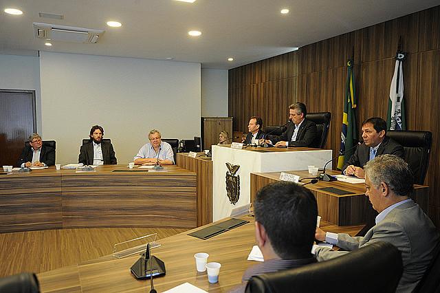 Participaram da reunião deputados, representantes do MST e organizações sociais
