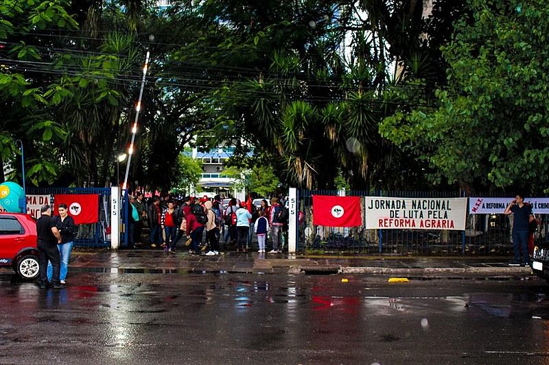 """Trabalhadores sem-terra protestam na capital gaúcha """"contra a paralisia"""" do Incra no estado"""