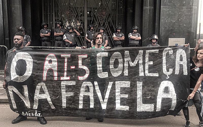 """""""Chega de chacina, eu quero o fim da PM assassina"""", foi um dos gritos do coro de manifestantes"""