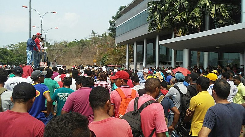 Manifestantes em frente à Prefeitura do município; protesto reflete a crise de emprego que afeta os trabalhadores