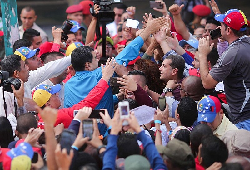 Presidente da Venezuela comemora com a população o anúncio sobre adiantamento de eleições