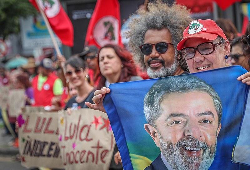 Apoiadores de Lula passaram o dia nas ruas manifestando rechaço à perseguição contra o ex-presidente