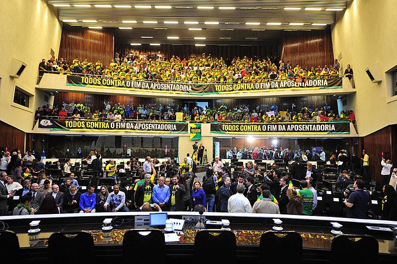 O interesse por trás da reforma da previdência, segundo o senador Roberto Requião, é entregar recursos financeiros nas mãos dos bancos