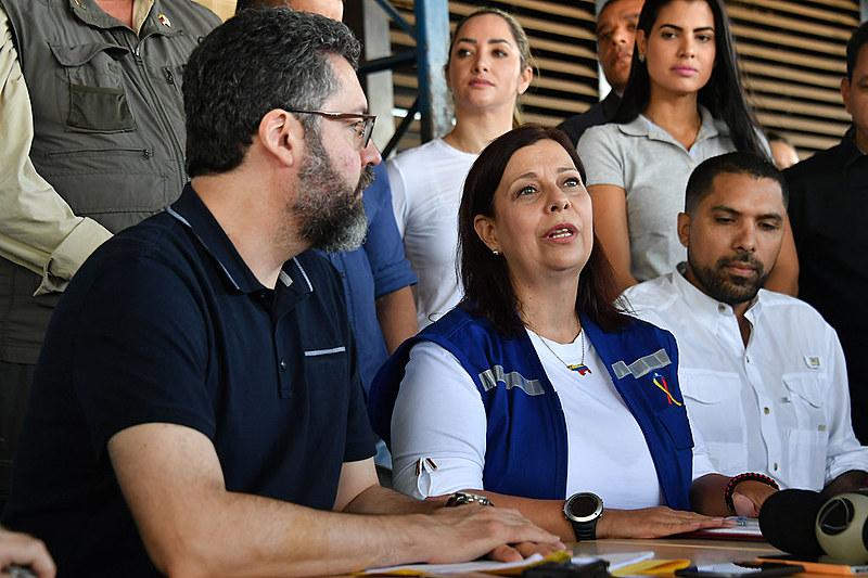 O chanceler Ernesto Araújo e a embaixadora Maria Teresa Belandria em coletiva de imprensa em Pacaraima