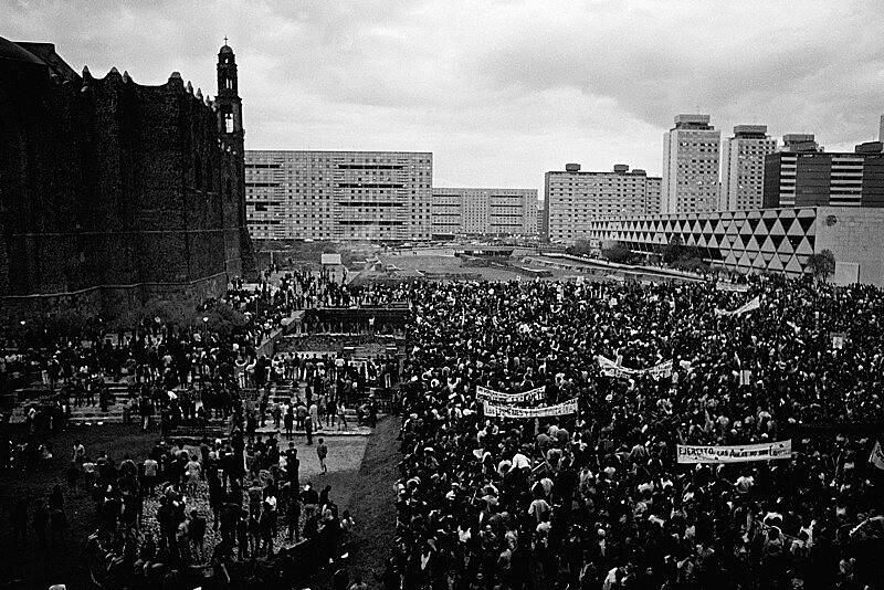 Nas manifestações estudantis de 1968, jovens universitários protestavam quando a polícia abriu fogo contra eles