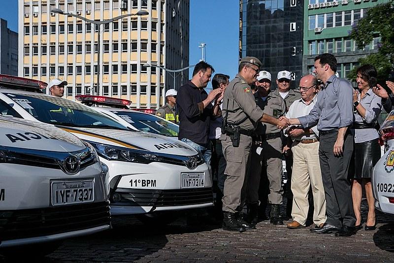 Nelson Marchezan Jr. em ato com a Brigada Militar em Porto Alegre