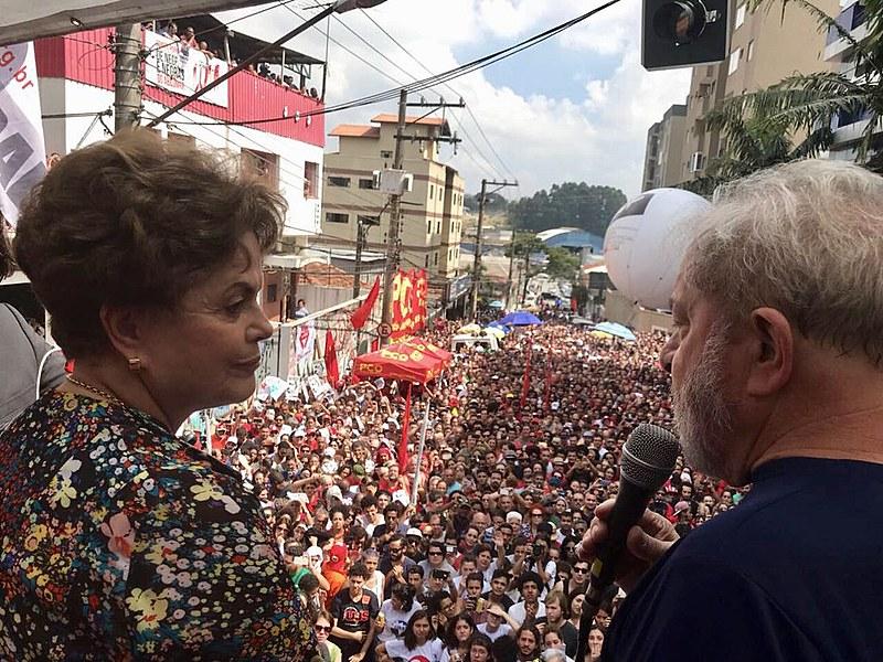 Dilma Rousseff ao lado de Lula durante o discurso em São Bernardo do Campo neste sábado (07)
