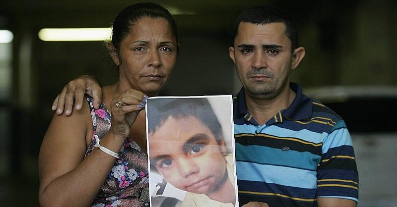 Família questiona versão de que havia tiroteio no momento em que menino foi baleado