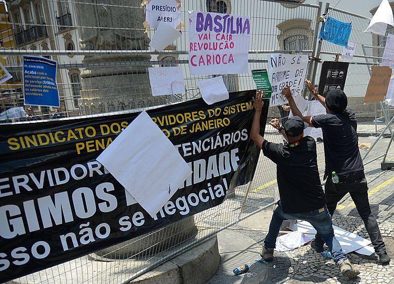 Servidores protestam contra o pacote de cortes do governo do estado em frente ao prédio da Alerj