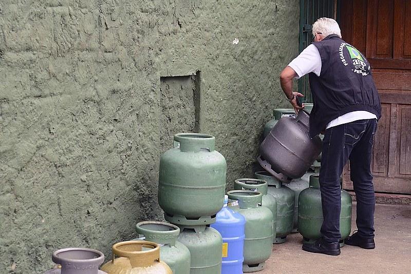 Política de preços do gás faz com que mais pobres deixem de cozinhar no sudeste; no nordeste, famílias voltam a usar lenha