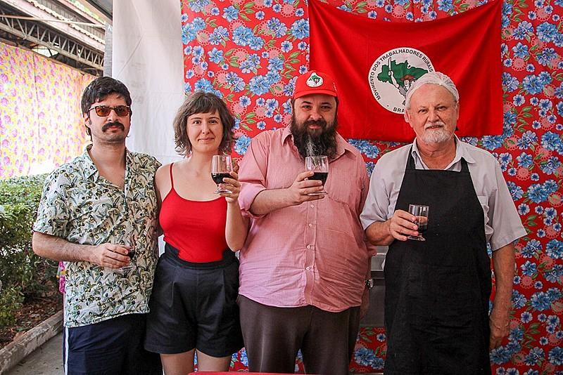 JB (segundo da direita para esquerda) divide um copo de vinho com João Pedro Stédile neste domingo (6)