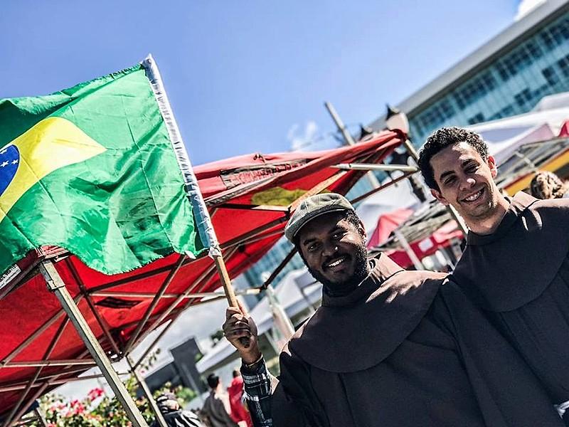 Franciscanos da Ordem dos Freis Menores participam do ato da greve geral em Curitiba (PR)