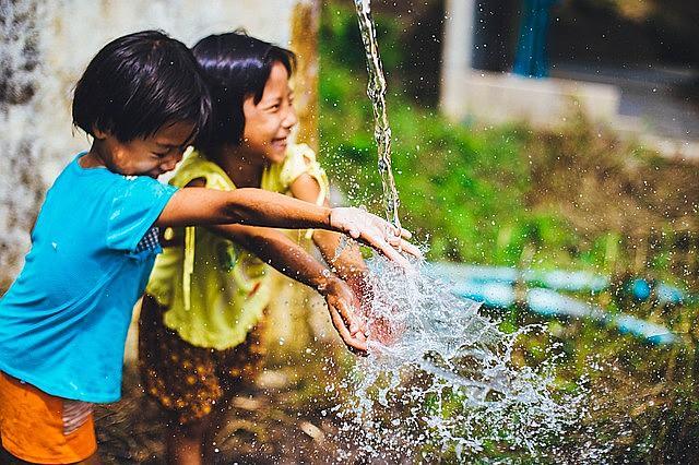 Segundo a UNICEF, cerca de 4.500 crianças morrem diariamente por falta de água potável e saneamento básico