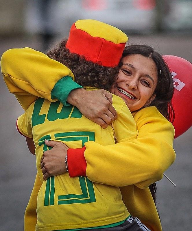 Integrantes da vigília comemoram a vitória do Brasil