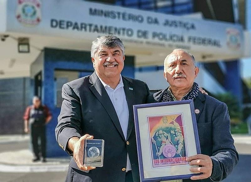 Richard Trumka e Pepe Alvarez, líderes de sindicatos norte-americano e espanhol levam prêmio de Direitos Humanos, em mãos, ao ex-presidente.