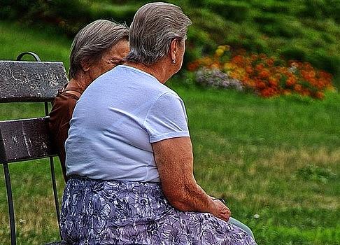 Idosas conversam ao ar livre
