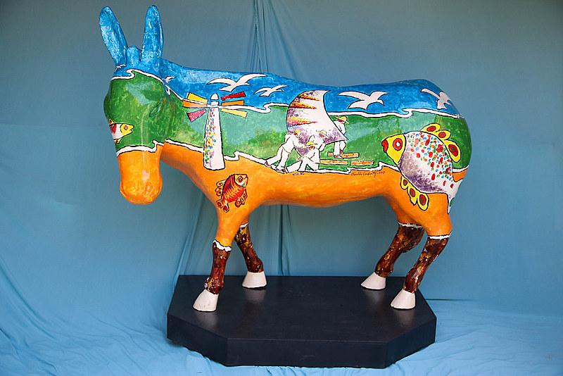 Ronaldo Cavalvante uma alegoria em forma de esculturas, com pinturas temáticas que remetem a elementos da cultura nordestina.
